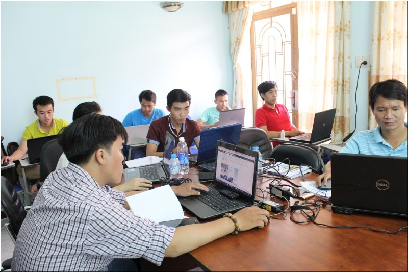 cac ban hoc vien dang cham chu thiet ke website